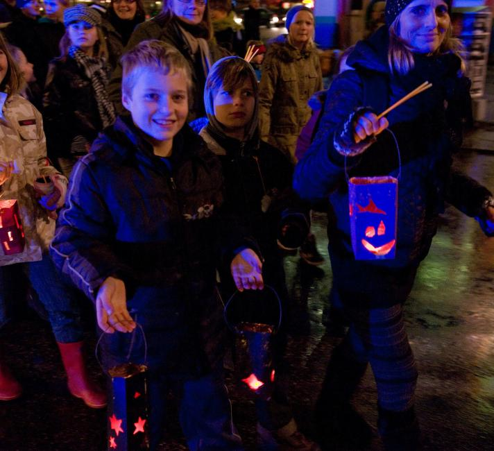 Children with Earth Hour lanterns